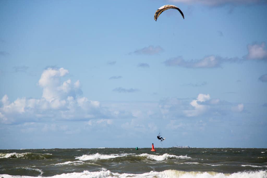 Auch auf Norderney lässt es sich im Sommer gut Kitesurfen.